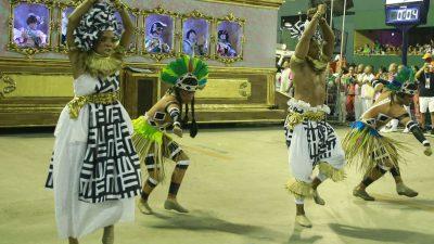 Escolas de samba campeãs desfilam na noite deste sábado